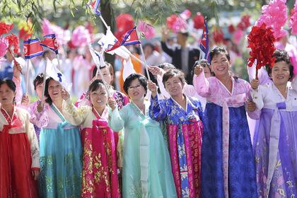 Десятки тысяч северокорейцев поприветствовали Си Цзиньпина