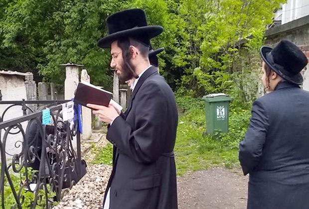 На еврейском кладбище  в Кракове