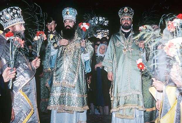 Митрополит Киевский и Галицкий Филарет (Денисенко) и епископ Корсунский Петр (Л'Юилье) во время богослужения в Троице-Сергиевой Лавре, 1970 год