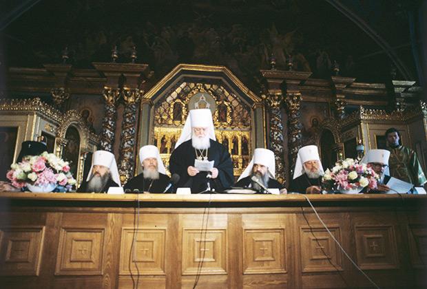 Митрополит Киевский и Галицкий Филарет (в центре) объявляет результаты тайного голосования при избрании Патриарха Московского и Всея Руси
