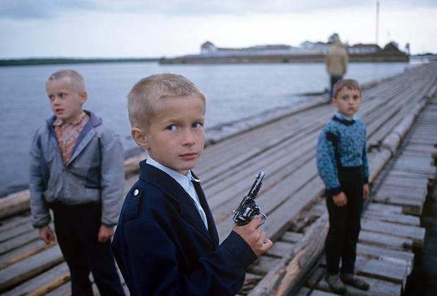 Дети играют в «охрану преступников» рядом с ИТК-5 «Вологодский пятак»