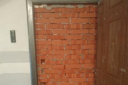 Российский бизнесмен замуровал дверь в отобранную за долги квартиру