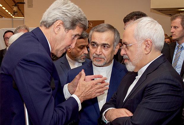 Бывший госсекретарь США Джон Керри общается с Хосейном Ферейдуном, братом президента Ирана, и министром иностранных дел Ирана Мохаммадом Джавадом Зарифом