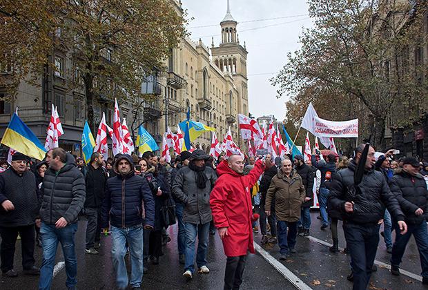 Участники акции в Тбилиси, организованной бывшей правящей в Грузии партией «Единое национальное движение», в поддержку экс-президента страны Михаила Саакашвили, декабрь  2017