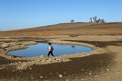 Пересохшее озеро Фолсом в Калифорнии