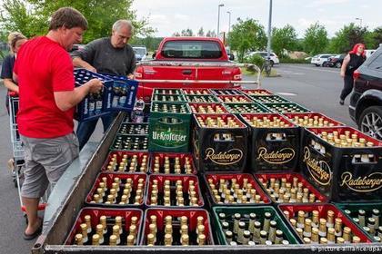 Немцы скупили все пиво в городе из-за неонацистов