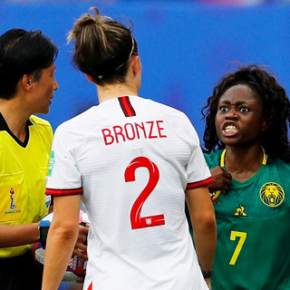 Футболистки сборной Англии и Камеруна