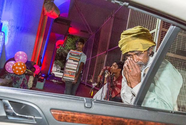 Богатым нет дела до бедных, поэтому когда индийские бедняки в Нью-Дели в надежде хоть на какой-то заработок обступают машины и предлагают водителям свою продукцию, сытые владельцы авто лишь безразлично взирают  на них или отмахиваются. «Невидимые» — так называется проект-финалист о нищих, пытающихся что-то продавать на светофорах, пока машины ждут зеленого света. Ирония в том, что многие из этих людей высшего класса являются крупными филантропами, которые щедро поддерживают благотворительные организации, отмечает автор серии.