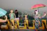 Пусан — символ трансформации Южной Кореи. После Корейской войны, в 1953 году он стал центром Республики Корея, поскольку был наиболее удален от границ с КНДР. Родившаяся здесь в 1968 году Кае Янг Ли помнит Пусан как город, предназначенный для жизни, однако пять десятилетий спустя, по ее ощущению, он превратился в большую съемочную площадку для современных драм. С ростом капитала Пусан стал местом потребления, а не местом для жизни, сетует она. «Мы находимся в огромной витрине», — говорит своей работой фотограф.
