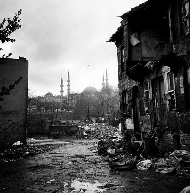 Совершенно другое ощущение от Стамбула у победительницы Street Photography Awards Street Photography Awards Севиль Алкан. Стамбул для нее «бродячая собака» — так и называется ее серия. Работы раскрывают сложность, казалось бы, повседневных сцен.