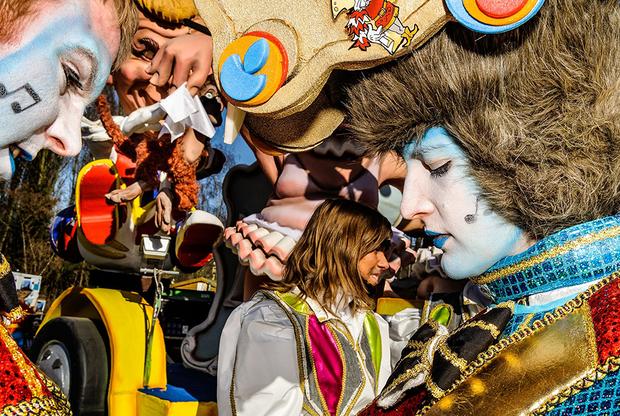 Карнавал в бельгийском городе Алст — часть инициативы ЮНЕСКО по сохранению нематериального культурного наследия. У карнавала очень необычная концепция: его участники высмеивают политические, социальные вопросы и самих себя. Дело в том, что прозвище жителей Алста — луковицы. А во время карнавала они как бы издеваются сами над собой, демонстрируя таким образом, что они плюют на издевки со стороны соседей. Луковицами жителей Алста начали называть в XIX веке, когда в Алсте и его округе занимались выращиванием лука. Первый уличный карнавал прошел здесь еще в XVII веке