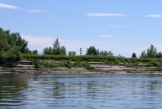 Памятный крест, установленный на берегу Назинского острова