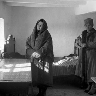 Коллективизация на Украине. Кулака и его жену выселяют из деревни. Репродукция с фотографии 1929 года
