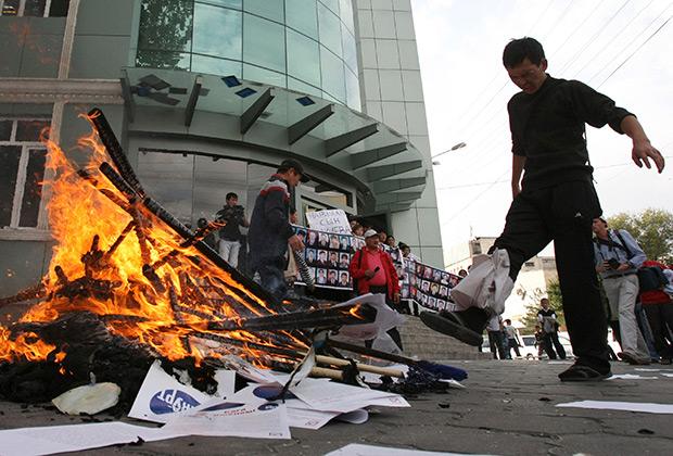 Родственники и друзья убитых во время столкновений 7 апреля жгут документы, принадлежащие политической партии «Ата-Журт» («Отечество»), поддерживающей свергнутого президента Бакиева