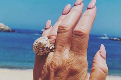 Невеста покичилась необычным кольцом и была пристыжена за грязные ногти