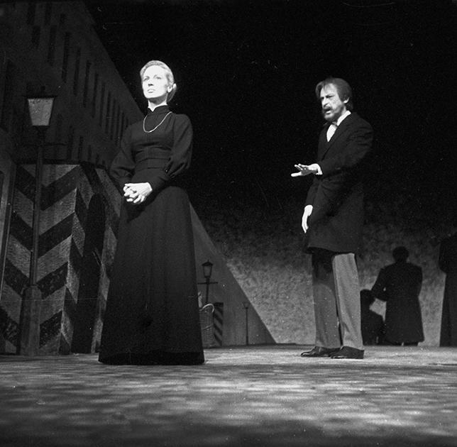 Большая часть театральной карьеры Аллы Покровской прошла на сцене «Современника». Поступив в труппу театра сразу после школы-студии МХАТ в 1959-м, она прослужила в нем 45 лет и осталась в «Современнике», даже когда возглавлявший его супруг Покровской Олег Ефремов ушел во МХАТ.