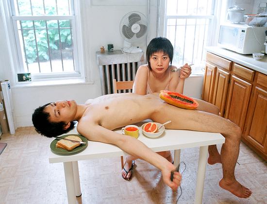 Пикси Ляо представляет новое поколение художников, экспериментирующих с возможностями портрета и фотографии. Ее долгосрочный проект «Экспериментальные отношения» начался в 2007 году. На протяжении 12 лет она исследует стереотипы об отношениях и гендерных ролях. Причем делает это с юмором.  <br><br> Ляо выросла в Китае и была убеждена, что может построить отношения только с человеком старше и опытнее ее, который станет защитником и наставником. Однако, переехав в Бруклин, она начала встречаться с японским парнем по имени Монро, который на пять лет ее младше.  <br><br> Художница принялась экспериментировать со своими отношениями, раскрывать в себе новые стороны, новые возможности гетеросексуальных отношений. В своей откровенной и ироничной работе Ляо поднимает вопрос: какова норма в отношениях? Что произойдет, если мужчина и женщина в гетеронормативной паре поменяются ролями?
