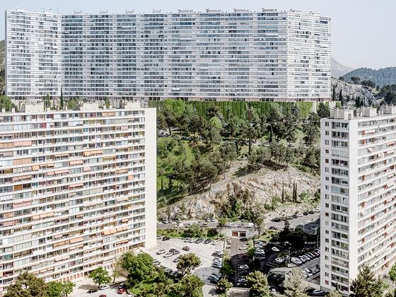 Филипп Шансель — классический фотограф, говорит о нем куратор выставки в Арле Мишель Пуверт. Все, что делает Шансель, подтверждает, что современный мир не сдержал своих обещаний. Фотограф в течение 15 лет документировал, как люди рушат мир. Его работа не вписывается в какой-то определенный жанр фотографии.  <br><br> Datazone — это рассказ о погубленной экологии, хаотичной деиндустриализации, неудачах модернизации и о многих других явлениях, которые приблизили планету к катастрофе.