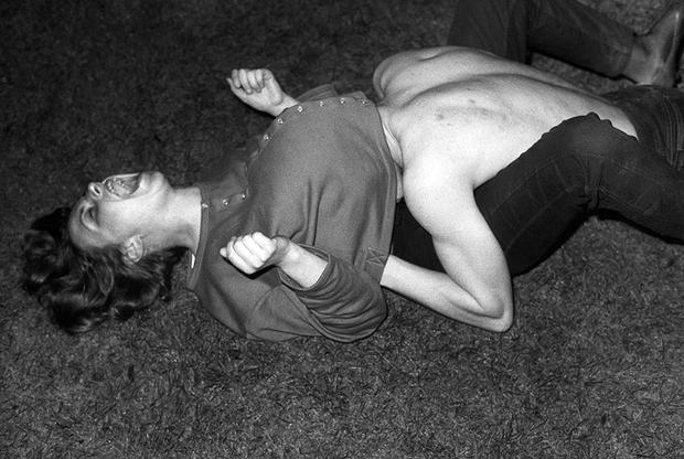 Что мы знаем о восточногерманской фотографии спустя 30 лет после падения Берлинской стены? Эта выставка посвящена последнему десятилетию этой большой малоизвестной главы, показанной через призму человеческого тела. Автор выставки «Беспокойные тела» захотела показать, как фотохудожники, которые творили в авторитарном государстве, отрицающем индивидуальность, находили возможность для самовыражения. Для некоторых из них тело — словно мазки на холсте, на котором будет написана картина о попытке обрести свободу. Этот снимок датирован 1987-м, за два года до падения Берлинской стены.