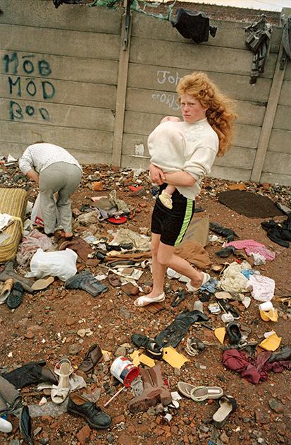 Работы выдающегося современного фотографа Тома Вуда — это зеркало Великобритании. Начиная с 1970-х он фотографирует жителей промышленных городов— везде, где ему заблагорассудится. За маниакальную страсть к уличной фотосъемке он получил прозвище «фотоман».  <br><br> Сейчас Вуд — автор нескольких фотокниг. На выставке будут представлены его работы, сделанные в период с начала 1970-х до конца 1990-х годов. Экспозиция «Матери, дочери, сестры» также объединит множество гравюр и открыток из его личной коллекции.