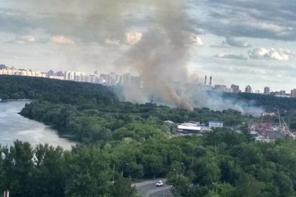 Возле деревни внутри МКАД вспыхнул крупный пожар