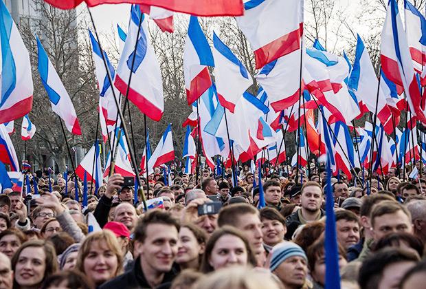 Участники митинга в Севастополе в честь годовщины присоединения Крыма к России