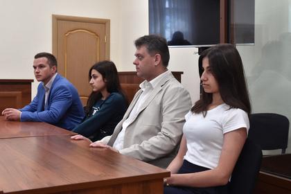 Обвиняемые Ангелина (справа) и Крестина Хачатурян (вторая слева) во время заседания суда