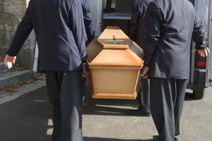 Девушка предпочла веселый отдых похоронам и прослыла бессердечной