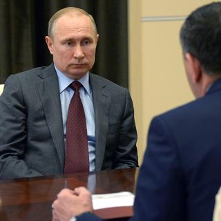 Владимир Путин и Юнус-Бек Евкуров (справа)