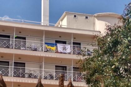 Украинцев выгнали из греческого отеля из-за флага