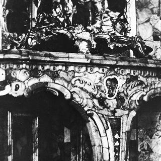Фрагмент столика из янтаря в Янтарной комнате. Репродукция довоенного фото.