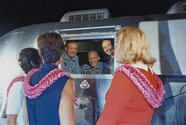 Супруги Пэт Коллинз, Ян Армстронг и Джоан Олдрин встречают членов экипажа Apollo11, находящихся на карантине на техасской базе Эллингтон ВВС США. Встреча жен с астронавтами состоялась 27 июля — ранее в тот же день экипаж пилотируемого корабля был доставлен на базу Эллингтон.