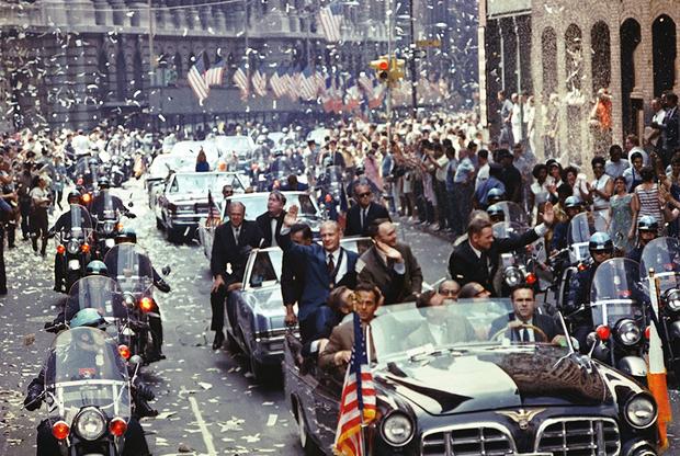 13 августа 1969 года астронавтов Apollo 11 встречали на Бродвее и Парк-авеню (Нью-Йорк). Состоявшийся парад стал одним из крупнейших в истории города. На снимке (слева направо) — Олдрин, Коллинз и Армстронг.