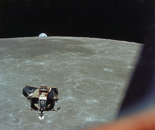 Лунный модуль с Армстронгом и Олдрином поднимается с поверхности естественного спутника Земли. На фотографии, сделанной 21 июля с орбиты Коллинзом, на заднем плане в центре заметны море Смита, а немного правее — кратер №189.
