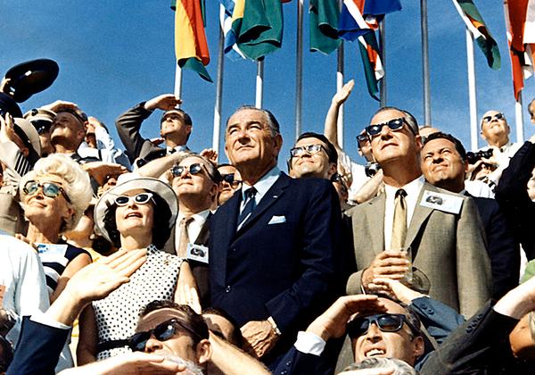 39-й вице-президент США Спиро Агню и 36-й глава государства Линдон Джонсон наблюдают за пуском Apollo 11 с VIP-площадки Космического центра Кеннеди.