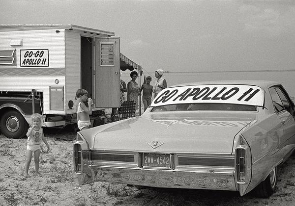 Наблюдать пуск «Сатурн-5» с миссией Apollo 11 на мысе Кеннеди (современный Канаверал) собрались сотни тысяч туристов.