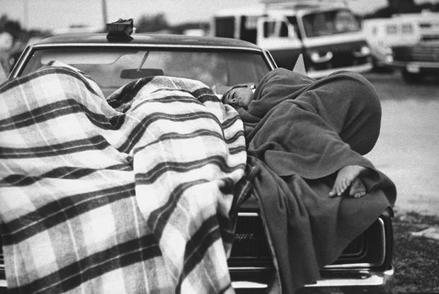 В ожидании старта «Сатурн-5» с Apollo 11 наблюдатели задремали на капоте автомобиля.