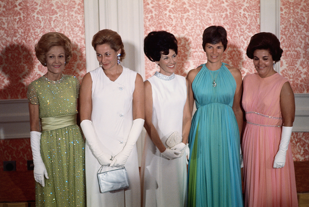 Миссис Джонсон и  миссис Агню чествуют жен астронавтов (1969 год).