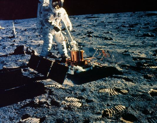Олдрин размещает на поверхности Луны оборудование пакета пассивных сейсмических экспериментов PSEP (Passive Seismic Experiments Package).