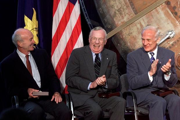 Коллинз, Армстронг и Олдрин (слева направо) в Национальном музее воздухоплавания и астронавтики (Вашингтон, округ Колумбия), где астронавтам в честь 30-летия высадки человека на Луну 45-й вице-президент США Альберт Гор вручил Золотую медаль Лэнгли, 20 июля 1999 года.