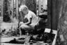 10-летний Энди Олдрин, сын пилота лунного модуля, сидит на стопке дров на заднем дворе дома, пока остальные члены семьи следят по телевизору за Apollo 11.