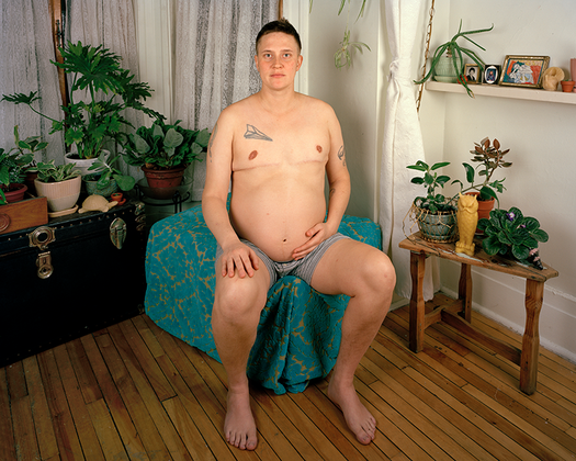 Последние 10лет фотограф Джей Джей Левин фотографировал своих друзей и любовников из ЛГБТ-сообщества Монреаля. Левин и большинство его друзей вступили в новую жизнь— им за тридцать, многие создали семьи и завели детей. Об этих изменениях его работа «Семья». Каждый портрет был создан в домашней обстановке. Фотограф устраивал в домах друзей целую студию, продумывал положение каждого объекта в кадре.