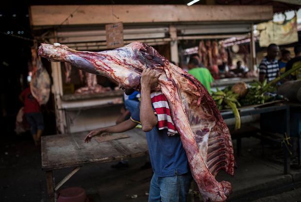 После небывалого всплеска насилия и преступности Маракайбо затих. Жители города выглядят усталыми и изможденными из-за постоянных лишений и тягостных размышлений о том, как дожить до завтра. Те, у кого остались деньги, уезжают. За последние годы родину покинули четыре миллиона венесуэльцев. Маракайбо расположен неподалеку от границы с Колумбией, принявшей около четверти мигрантов.