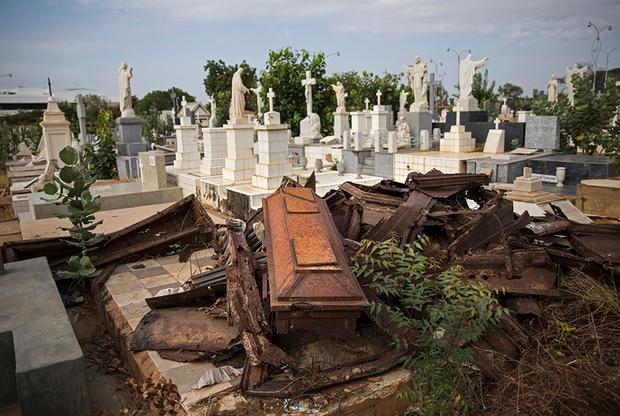 «Они начали грабить могилы восемь месяцев назад. Они забирают все, даже снимают золотые коронки у мертвецов», — признался Хосе Антонио Феррер, сторож кладбища Эль Квадрадо. На этом кладбище похоронены самые богатые жители города, поэтому его облюбовали мародеры.
