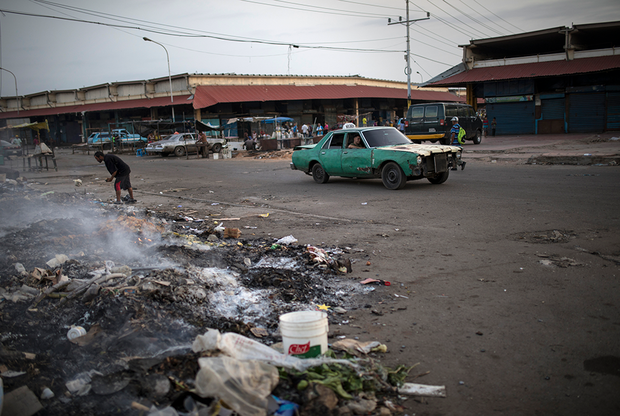 Некоторым горожанам приходится буквально просеивать мусор и собирать объедки, чтобы хоть как-то выжить. Воду для жителей города привозят несколько раз в неделю на специальных грузовиках.