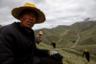 Амнэ-Мачин-Шань — горы в провинции Цинхай, на склонах которых много грибниц кордицепса китайского. Заветный гриб ищут представители разных поколений хуэй-цзу: помимо молодежи, есть и такие опытные грибники, как 51-летний Син Хайрен (на фото).