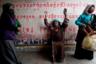 Крестьяне стекаются в Хайнань-Тибетский автономный округ в надежде наняться в компанию, занимающуюся грибным бизнесом, но работы иногда приходится ждать долго. Эти женщины пришли на импровизированную биржу труда в надежде быть нанятыми на очистку грибов от земли.