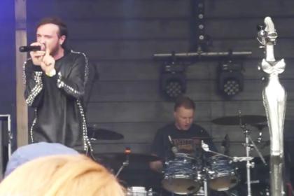 Барабанщик трибьют-группы Korn пережил инсульт на сцене и продолжил концерт