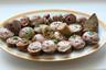 Хаан — это кровяная колбаса, которую готовят из свежей говяжьей или конской крови, наполняя ею кишки. Все просто. Но есть и тонкости. Во время забоя скота кровь отстаивают, в результате чего возникает верхняя жидкая часть (из нее делают колбасу деликатесную, называемую субай) и простая, так называемая черная кровь. Колбаса из субая вкуснее и мягче, глаже, с легким оттенком блеска, светлее. Колбаса из черной крови гуще, темнее по цвету, менее вкусная. Впрочем, предварительно отваривать вам придется и ту и другую.