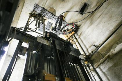 Женщина просидела в лифте 27 часов и спаслась благодаря вину: Люди: Из жизни: Lenta.ru